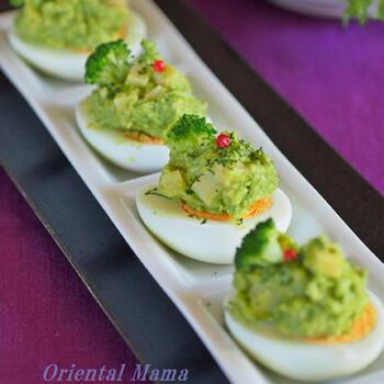 アボカドと枝豆、チーズで仕上げたトッピングだけでもすでに美味しそうですが、ゆで卵にのせると一気にお洒落な一品に仕上がります。ブロッコリーなどを飾りでのせて、より一層華やかな雰囲気に。