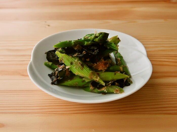 おかかと海苔で和えると、アスパラが和風の美味しさに変身。こちらのレシピの、茹でない方法でアスパラの下処理をすることで、日持ちがアップしたり旨味が増すそうです。冷蔵で約5日、冷凍で約1ヶ月の日持ちになります。