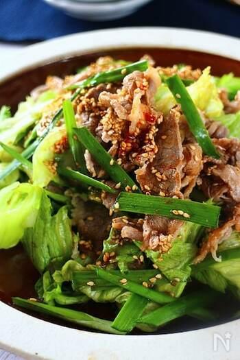 レタスを丸ごと1玉完食できるボリューム満点のサラダレシピ。レタスが苦手な子どもでも、牛こま切れ肉とあわせることで、もりもりと美味しく食べてくれそうです。 アツアツのコチュジャン入りドレッシングをレタス・ニラ・牛こま切れ肉にかけて、香りも味わいも食欲をそそるスタミナたっぷりの一品に。野菜不足気味の日に大活躍しそうです。