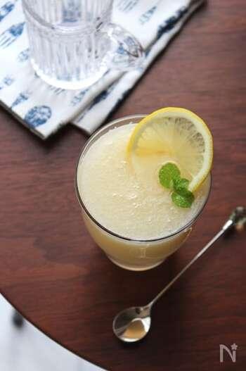 皮と種を除いてカットした梨と生姜、レモン汁、氷などの材料をミキサーにかけるだけで完成のスムージー。のどを潤す効果のある梨と、体を温める生姜、ビタミンCたっぷりなレモンなど、栄養たっぷりで季節の変わり目にも最適です。