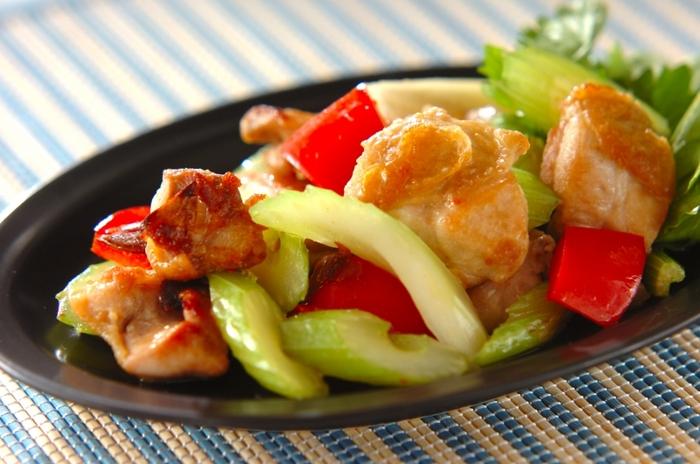 エスニックなナンプラーの風味が、クセのあるセロリを美味しくさせてくれる炒め物。赤パプリカがさらに彩りもキレイに仕上がったメインメニューです。