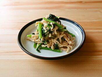 切干大根は和風出汁で煮付けることが多いと思いますが、オイスターソースを使って小松菜と和えることで、野菜の味が苦手な方もパクパク食べられる味付けになっています。冷蔵で約4日、冷凍で約1ヶ月に日持ちになります。