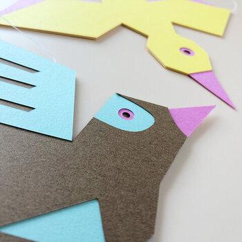 「とりのモビール」をデザインしたのは、人気イラストレーターで絵本作家のtupera tupera(ツペラツペラ)のお二人です。カラフルでユニークな鳥たちは、まるで絵本から飛び出してきたかのよう。空気の流れをしっかりキャッチして、軽やかにくるくる動きます。
