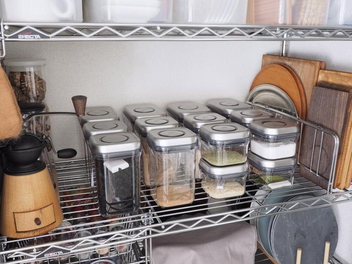 密閉力が強い容器は、湿気を含ませたくないだしの素や粉ものや乾物を入れるのに最適。中身が見えるクリアタイプなら、見せる収納としてキッチンの棚に置いてもおしゃれでさまになります。