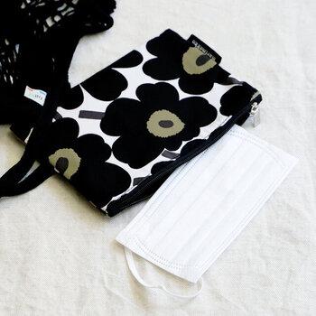 「marimekko(マリメッコ)」のファスナータイプのポーチです。マスク専用ポーチではありませんが、ふつうサイズの不織布マスクがぴったりと収納できるサイズです。1枚ずつ包装されたものなら、リップやミラー、ハンカチなどもまとめて入れても良いですね。柄は定番のUnikko(ウニッコ)、Lokki(ロッキ)の2種類です。