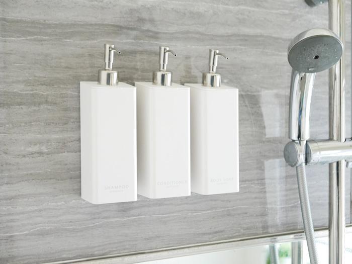 ボトルの裏面に強力なマグネットが付いた、浴室壁面にくっつく詰め替えボトル3種セット。もちろん置いても使える2wayタイプですが、最近の浴室はマグネットが付く壁が多くなっているため、壁面に付ければ、ボトル下のぬめりや掃除のしにくさも少なく衛生的です。上蓋が外せるので、詰め替え袋もそのまま入れられて便利。
