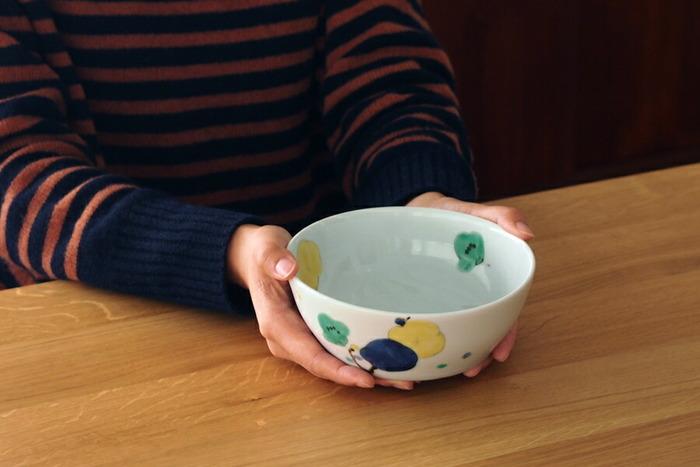 金沢の代表的な焼き物・九谷焼きの流れを汲み、かつ独自の手法を取り入れている九谷青窯の5寸鉢。緑、黄色、群青を使って描かれた梅の花は、まるで本物の日本画のようなクオリティですよね。  癒されるデザインが施されたボウルに盛り付ければ、いつもよりカレーが美味しく感じられそうです。