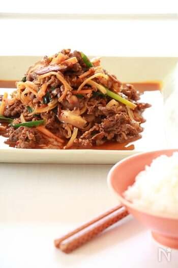 プルコギとは、甘口の漬けダレで下味をつけた牛肉と野菜を炒めた韓国でポピュラーなお肉料理のこと。ご飯にのせたりサンチュに巻いたり、いろんなアレンジを楽しめます。 こちらのレシピは、牛こま切れ肉を使った基本のプルコギの作り方。牛肉と野菜をタレに漬け込んで焼くだけなので、初心者でも簡単に作れます。