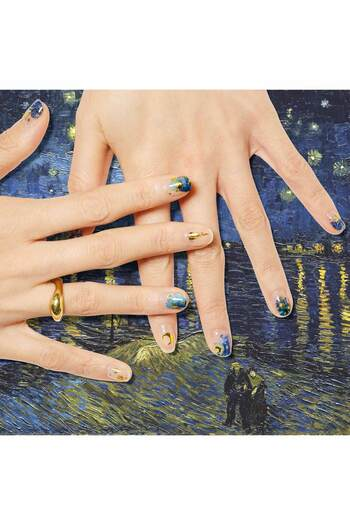ゴッホの有名な絵画からインスパイアされたネイルアート。夜の海の水面に映る街灯と、美しい星の煌めき。アートの世界を小さな爪に詰め込んで。