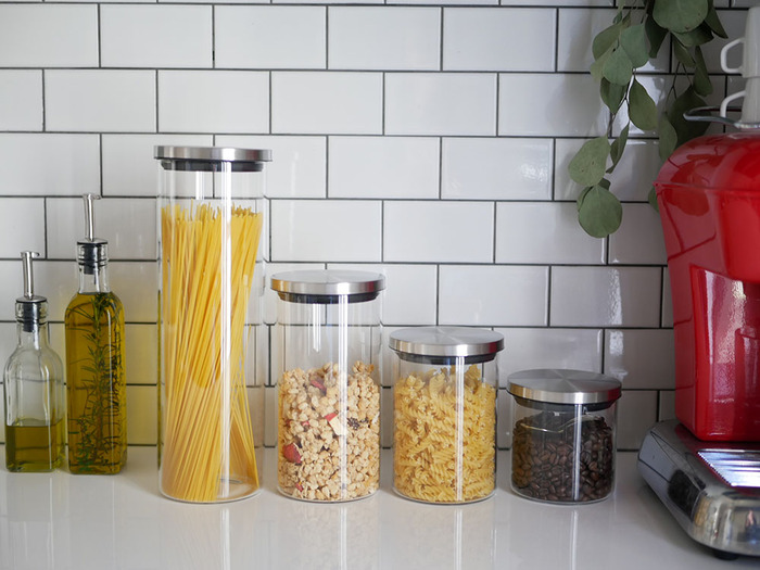 乾燥食品の保存に適した、全4種類のサイズ展開のSALUS(セイラス)キャニスター。強度と耐久性のあるポリプロピレン素材の容器に、蓋はシリコン製パッキン付きでしっかり密閉力があります。サイズ違いでキッチンに並べれば、まるでレストランのキッチンのようで、よりお料理が楽しくなりそう。