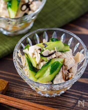 ポン酢のさっぱりさと塩昆布の旨味が絶妙なきゅうりの和え物。調味料もめんつゆ、ポン酢、ごま油だけとシンプル簡単レシピです。豆腐も入ればタンパク質も取れて、食べごたえのある副菜に。豆腐の代わりにツナや鶏ささみなどでも美味しそう♪