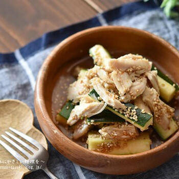 ズッキーニは生でもおいしく食べられるってご存知でしたか?生のズッキーニを使った和え物なら、グリルや煮込みのレシピとはまた違った食感を楽しめます。鶏肉もレンジで火を通すので、汗をかかずに調理できるのが嬉しいレシピです。