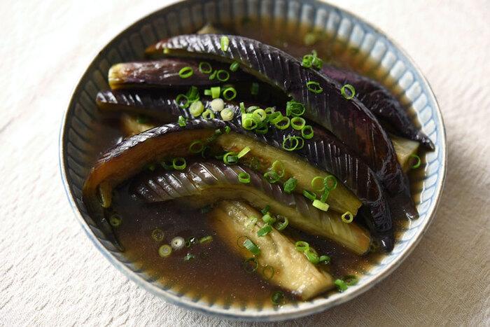 とろりとした食感がやみつきになる、なすの煮浸し。「油で素揚げしたりして手間も多いのでは?」と思われがちですが、こちらは揚げずに作る簡単レシピ♪やや多めの油でなすを炒めることで綺麗な紫色に仕上がります。