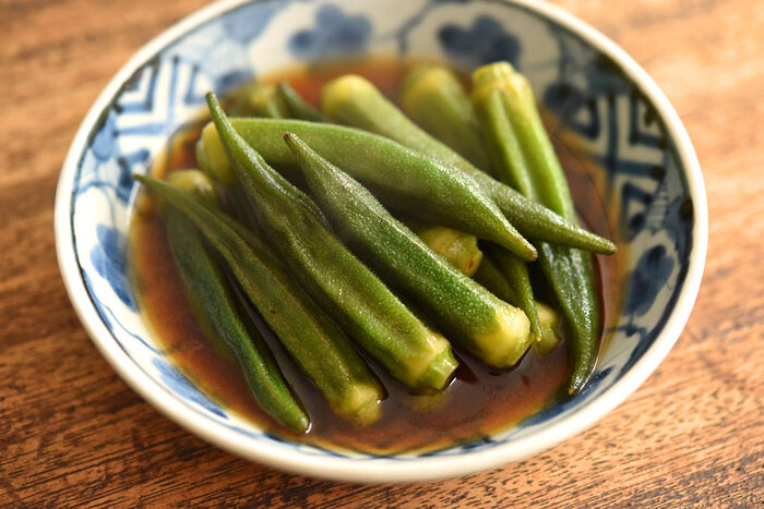 オクラの和風炒め煮は、ちょっぴりごま油をきかせるのがポイント。あえてくたくたに煮込むことで、いつもと違ったオクラの食感を楽しめます。だしがきいたしっかりめの味付けなので、ごはんのお供にもぴったり♪お箸が進む副菜です。
