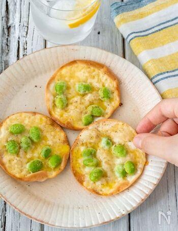 夏は塩ゆでした枝豆も美味しいですが、ひと手間加えて枝豆レシピのレパートリーも増やしておくと夏の献立もぐっと楽になります。餃子の皮に枝豆・チーズをのせてトースターで焼くだけ。最後にさっとかけるオリーブオイルがポイントです。
