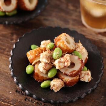 前菜にも箸休めにもなるお手軽レシピです。ちくわとチーズを手でちぎれば包丁・まな板いらずで洗い物も減らせます。枝豆の緑色は入るだけでグッと夏らしい一皿になりますよね。冷凍枝豆を使えば火も使わず和えるだけなので時短に。