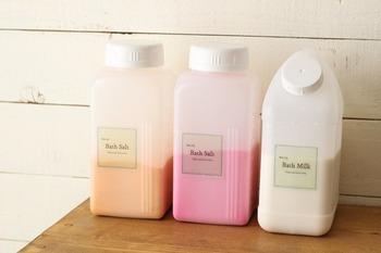 使いやすさを追求して、本来違う用途の詰め替え容器でも使ってみると使いやすいものもあります。こちらはドリンク用ボトルですが、口が広く詰め替えやすく量もたっぷり入ることから入浴剤入れに。ほんのり透けて見えるのも、見やすくてかわいい。