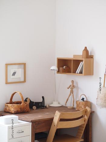 コンパクトなデスクに壁に付ける家具を組み合わせれば、収納力がアップします。机の上に物を置かずに済むので、作業もしやすくなりますね。