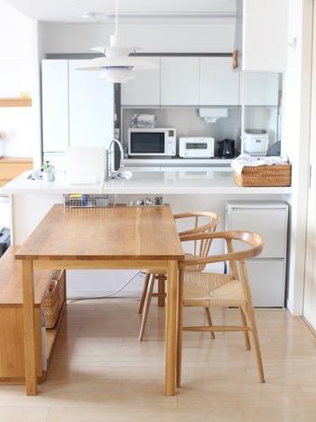 こちらもすべて無印良品の家具ですが、別のアイテムを組み合わせたダイニングセットです。ゆったり座れるアームチェアを片側に置き、もう片方はベンチを置いて省スペースに。食事はもちろん、長時間の作業などもしやすそうですね。