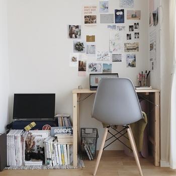 一人暮らしのお部屋で真似したいワークスペースの作り方。パイン材デスクにお気に入りのチェアを合わせて、カラフルなポストカードを飾っているのが素敵です。折りたたみできるのが、一人暮らしにも心強い!