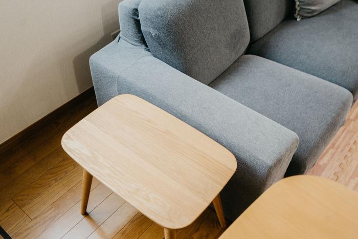 普段はソファ横に置いてサイドテーブル代わりに使い、人が来たときは来客用の椅子に。折り畳める椅子を買うより、普段から活用できて無駄を感じさせないアイデアです。
