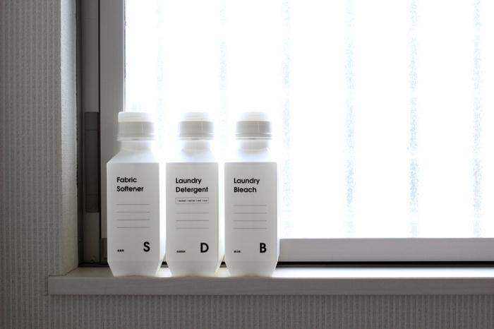 並べたときにきちっと無駄なスペースなく並べられるのは、同じボトル同士だからこそ。洗濯機近くに見せて置けば、お気に入りのランドリーコーナーに生まれ変わります。真っ白なボトルに英字のラベルがおしゃれ。