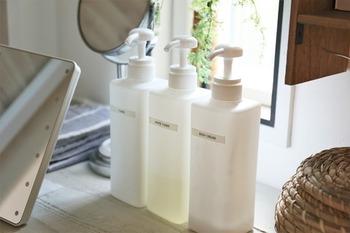 化粧水2種類と、ボディクリームをシャンプーボトルに入れて。家族で共通の化粧水を使用する場合、大きめのボトルに、さらにシャンプーボトルなら、片手で簡単に押して出せるので、朝準備の時短にもなります。
