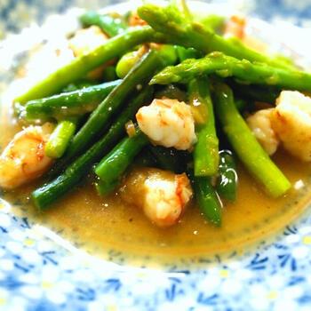 冷凍いんげんを炒め物に使う場合は、凍ったまま調理することもできます。水溶き片栗粉でとろみをだしたダシ汁が、野菜と海老に絡んで美味しそうですね。