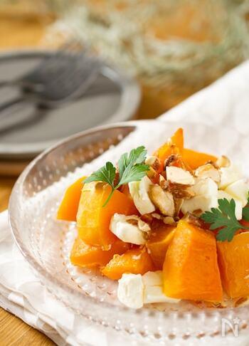 バターナッツかぼちゃにクリームチーズとはちみつを合わせると、なめらかで濃厚な前菜ができあがります。仕上げにミックスナッツを飾って、食感のアクセントに。