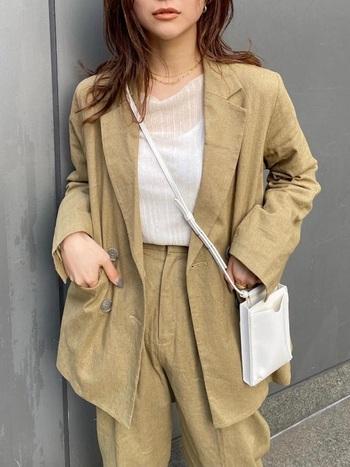 リネンのセットアップと白インナーのリラックスジャケットスタイル。太さが違うゴールドのチェーンネックレスが洋服の色とマッチして、二連でも控えめなおしゃれさを演出。