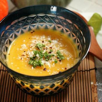仕上げに粉チーズを振りかければ、さらにコクのあるスープができあがります。バターナッツかぼちゃの実はなめらかなので、裏ごしする必要がないのも◎