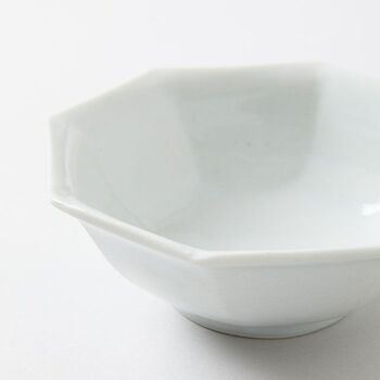 石川県の能美市にて1971年に開窯した「九谷青窯(くたにせいよう)」の、九谷焼の白磁の「八角 反り鉢」。