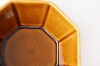 スッキリとしたクールでスタイリッシュな八角小鉢は、深みのある艷やかな発色も素敵で食材をよりおいしそうに演出してくれます。