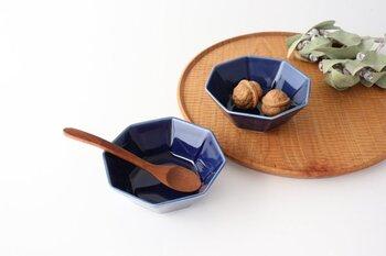岐阜県の多治見市、土岐市、可児市、土岐郡は東濃地方と呼ばれ、日本一の窯産業地として知られています。それぞれ窯元により得意分野が異なっており、陶芸品から普段使いの器など、実にバラエティに富んでいます。そんな多種多様の魅力が集まった地で生まれた美濃焼の八角小鉢。