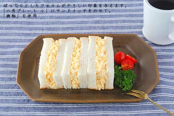 「八角プレート:小」は、おかず数種を盛り合わせたり、長方形のかたちを活かし、焼き魚に使用したり、サンドイッチをバランスよくのせるのも素敵。