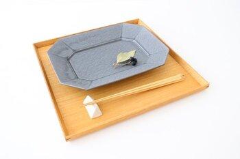 メイン料理や、オードブルの盛り合わせ、または朝食にパンやサラダと一緒にワンプレートなどにも似合う、径:約25.6~25.8×19.9(cm)×高さ:約2.7~3.1(cm)のLサイズ。