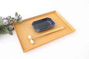 前菜、またはティータイムのおやつ用などにかわいい、径:約13.3×9.2(cm)×高さ:約1.9(cm)のSサイズがあり、どのサイズもほどよく丸みを帯びた八角のフォルムに、リムの部分が立ち上がっており少し深さがあるため、汁気のあるマリネやソースをかける料理も安心です。