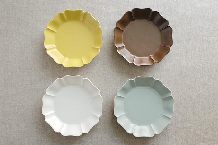 その「白」の釉薬をベースに誕生したエキゾチックな「菜花黄(なばなき)」。青とも灰色ともつかない微妙な色味の「浅葱鼠(あさぎねず)」。落ち着きのある「錆茶(さびちゃ)」の色釉3色も趣があり魅力的。