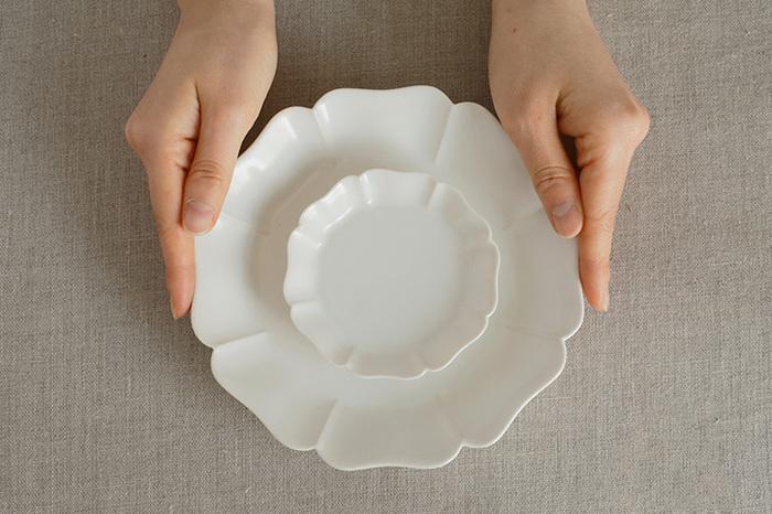 約φ94×H21(mm)の小皿と、約φ170×H33(mm)の中深皿があり、どちらもリムが立ち上がっており、ほどよい深さがあるので、汁気があるものにも安心して使えます。