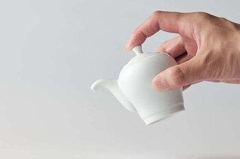醤油差しに求めるのは、何といっても液だれしない「切れのよさ」。適量を確実に注げるよう、注ぎ口の構造には工夫が施されています。
