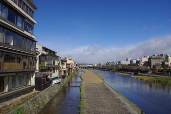 京都四条の西院&西院近辺で開催される「西院フェス」。神社や幼稚園、そして嵐電車内などいろいろなところで音楽ライブが行われる音楽フェスです。春・夏・秋に開催され、秋に開かれる「西院フェスWEST」は、アコースティックメインにほっこり楽しめそう。  入場無料(チップ制)で、今年2017年は、11月5日に開催されます。ビールやおつまみをつまみながら音楽が楽しめ、春日神社ではマルシェも開催されます。1日どっぷり音楽に満たされながら楽しめますよ。