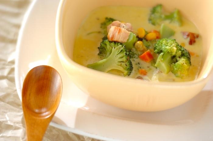 冷凍のミックスベジタブルは、炒めても煮ても美味しく、彩りも良いので使いやすいですよね。クリームスープとして活用すれば、野菜が苦手なお子様も食が進むのでは。ブロッコリーを加えると、さらに緑の野菜が映えますね。