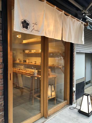 谷中商店街にある「atelier de florentina(アトリエ ド フロレンティーナ)」は、日本でここだけといわれるフロランタン専門店です。下町に和モダンな店舗がスタイリッシュに溶け込んでいます。