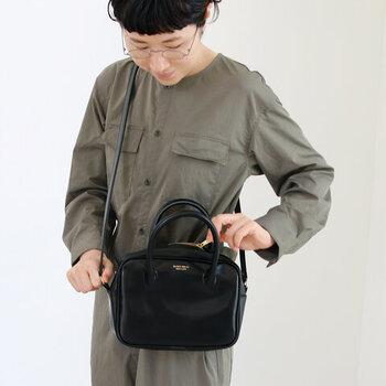 """「CLASKA Gallery & Shop """"DO"""" 」オリジナル、人気の「BANK」シリーズの合皮製のボストンバッグ。小ぶりなサイズ感が大人かわいい印象です。"""