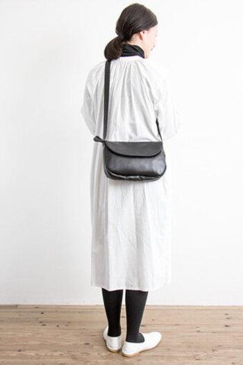 上質な牛革を使用した大人のショルダーバッグ。丸みを帯びたフォルムが女性らしい印象。無駄を省いたシンプルなデザインで、合わせる洋服を選ばずどんなコーデにも馴染みます。