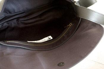 バッグの開閉はマグネットホック式で、片手でもモノが出し入れしやすい。見た目の美しさのみならず、使い勝手も抜群です。
