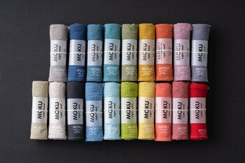 カラーバリエーション豊富なタオルは綿100%。先染めの糸を織って作られています。所々に現れるネップが素朴でもありタオルの表情を豊かにしています。