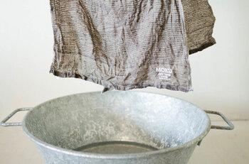 このタオルの魅力は薄くて吸収・速乾性に優れていること。温泉で濡れたり、ジムで汗を拭いてもすぐにさらっと乾いてくれます。外作業の相棒としても頼れる。