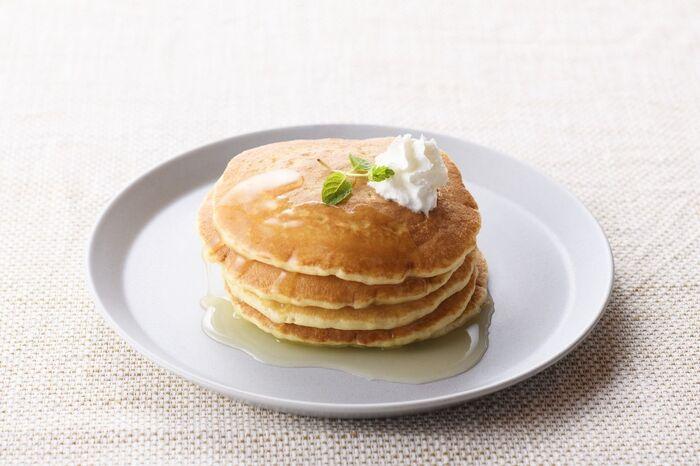シンプルなパンケーキにかけて甘みをプラス。ホイップした生クリームも添えれば、カフェ風のおしゃれなスイーツが楽しめますよ。