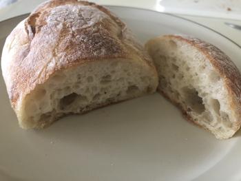 「瑞々しい」は、ほんのりオリーブオイルが香ります。見た目はハード系ですが、食べてみるとソフトでもっちりしているのが特徴。小麦本来の風味や香りを生かしてサンドイッチにするのがおすすめですよ。
